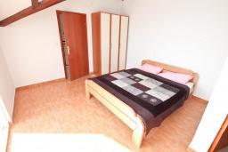 Спальня 3. Черногория, Герцег-Нови : Уютный 2-х этажный дом с просторной гостиной, с 4-мя отдельными спальнями, с 3-мя ванными комнатами, с бассейном, террасой и большим балконом с шикарным видом на море, парковочное место, Wi-Fi