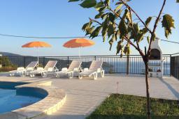 Территория. Черногория, Герцег-Нови : Уютный 2-х этажный дом с просторной гостиной, с 4-мя отдельными спальнями, с 3-мя ванными комнатами, с бассейном, террасой и большим балконом с шикарным видом на море, парковочное место, Wi-Fi