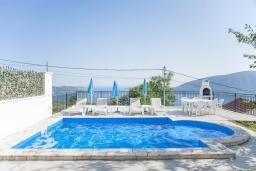 Бассейн. Черногория, Герцег-Нови : Уютный 2-х этажный дом с просторной гостиной, с 4-мя отдельными спальнями, с 3-мя ванными комнатами, с бассейном, террасой и большим балконом с шикарным видом на море, парковочное место, Wi-Fi