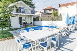 Фасад дома. Черногория, Герцег-Нови : Уютный 2-х этажный дом с просторной гостиной, с 4-мя отдельными спальнями, с 3-мя ванными комнатами, с бассейном, террасой и большим балконом с шикарным видом на море, парковочное место, Wi-Fi