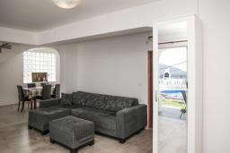 Гостиная. Черногория, Герцег-Нови : Уютный 2-х этажный дом с просторной гостиной, с 4-мя отдельными спальнями, с 3-мя ванными комнатами, с бассейном, террасой и большим балконом с шикарным видом на море, парковочное место, Wi-Fi
