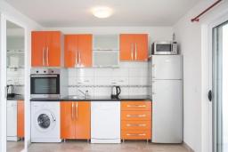 Кухня. Черногория, Герцег-Нови : Уютный 2-х этажный дом с просторной гостиной, с 4-мя отдельными спальнями, с 3-мя ванными комнатами, с бассейном, террасой и большим балконом с шикарным видом на море, парковочное место, Wi-Fi