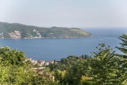 Вид на море. Черногория, Герцег-Нови : Уютный 2-х этажный дом с просторной гостиной, с 4-мя отдельными спальнями, с 3-мя ванными комнатами, с бассейном, террасой и большим балконом с шикарным видом на море, парковочное место, Wi-Fi