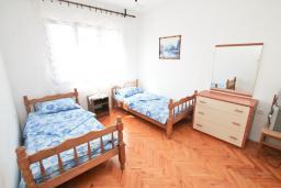 Спальня. Черногория, Герцег-Нови : Уютный дом с 2-мя гостиными, 4-мя отдельными спальнями, 2-мя ванными комнатами, бассейном, террасой и местом для барбекю, парковочное место, Wi-Fi
