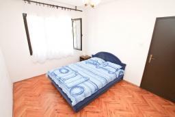 Спальня 2. Черногория, Герцег-Нови : Уютный дом с 2-мя гостиными, 4-мя отдельными спальнями, 2-мя ванными комнатами, бассейном, террасой и местом для барбекю, парковочное место, Wi-Fi