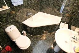 Ванная комната. Черногория, Герцег-Нови : Уютный дом с 2-мя гостиными, 4-мя отдельными спальнями, 2-мя ванными комнатами, бассейном, террасой и местом для барбекю, парковочное место, Wi-Fi