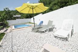 Территория. Черногория, Герцег-Нови : Уютный дом с 2-мя гостиными, 4-мя отдельными спальнями, 2-мя ванными комнатами, бассейном, террасой и местом для барбекю, парковочное место, Wi-Fi