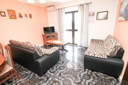 Гостиная. Черногория, Герцег-Нови : Уютный дом с 2-мя гостиными, 4-мя отдельными спальнями, 2-мя ванными комнатами, бассейном, террасой и местом для барбекю, парковочное место, Wi-Fi