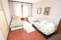 Спальня. Черногория, Биела : Апартамент для 6-10 человек, с огромной гостиной, с 2-мя отдельными спальнями, с 2-мя ванными комнатами, с большой террасой и видом на море