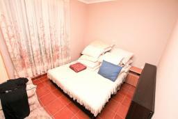 Спальня 2. Черногория, Биела : Апартамент для 6-10 человек, с огромной гостиной, с 2-мя отдельными спальнями, с 2-мя ванными комнатами, с большой террасой и видом на море