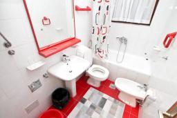 Ванная комната. Черногория, Биела : Апартамент для 6-10 человек, с огромной гостиной, с 2-мя отдельными спальнями, с 2-мя ванными комнатами, с большой террасой и видом на море