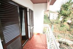 Балкон. Черногория, Биела : Апартамент для 2-4 человек, с отдельной спальней, с балконом и видом на море