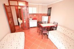 Гостиная. Черногория, Биела : Апартамент с отдельной спальней, с балконом и видом на море