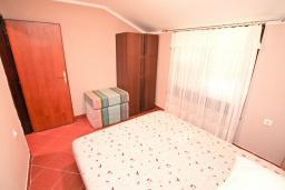 Спальня. Черногория, Биела : Апартамент с отдельной спальней, с балконом и видом на море