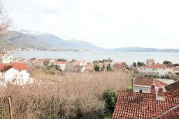 Вид на море. Черногория, Биела : Апартамент с отдельной спальней, с балконом и видом на море
