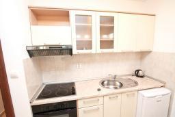 Кухня. Черногория, Дженовичи : Апартамент с отдельной спальней, с балконом