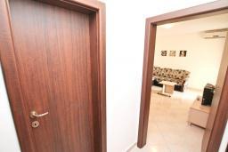 Коридор. Черногория, Дженовичи : Апартамент с отдельной спальней, с балконом