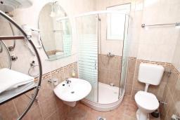 Ванная комната. Черногория, Дженовичи : Апартамент с отдельной спальней, с балконом