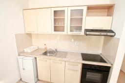 Кухня. Черногория, Дженовичи : Апартамент для 4-6 человек, с 2-мя отдельными спальнями, с 2-мя ванными комнатами, с балконом