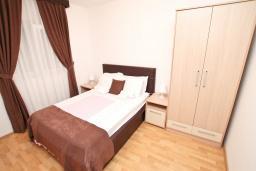 Спальня. Черногория, Дженовичи : Апартамент для 4-6 человек, с 2-мя отдельными спальнями, с 2-мя ванными комнатами, с балконом