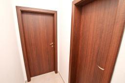Коридор. Черногория, Дженовичи : Апартамент для 4-6 человек, с 2-мя отдельными спальнями, с 2-мя ванными комнатами, с балконом