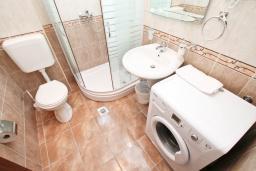 Ванная комната. Черногория, Дженовичи : Апартамент для 4-6 человек, с 2-мя отдельными спальнями, с 2-мя ванными комнатами, с балконом