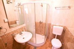Ванная комната 2. Черногория, Дженовичи : Апартамент для 4-6 человек, с 2-мя отдельными спальнями, с 2-мя ванными комнатами, с балконом