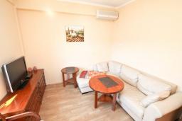 Гостиная. Черногория, Игало : Апартамент с отдельной спальней, с балконом с видом на море, 70 метров до пляжа