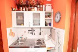 Кухня. Черногория, Игало : Апартамент с отдельной спальней, с балконом с видом на море, 70 метров до пляжа