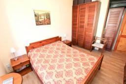 Спальня. Черногория, Игало : Апартамент с отдельной спальней, с балконом с видом на море, 70 метров до пляжа