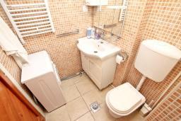 Ванная комната. Черногория, Игало : Апартамент с отдельной спальней, с балконом с видом на море, 70 метров до пляжа