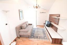 Гостиная. Черногория, Игало : Апартамент с отдельной спальней, с балконом с видом на море, возле пляжа