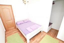 Спальня. Черногория, Игало : Апартамент с отдельной спальней, с балконом с видом на море, возле пляжа
