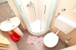 Ванная комната. Черногория, Игало : Апартамент с отдельной спальней, с балконом с видом на море, возле пляжа
