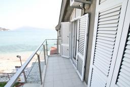 Балкон. Черногория, Игало : Апартамент с отдельной спальней, с балконом с видом на море, возле пляжа