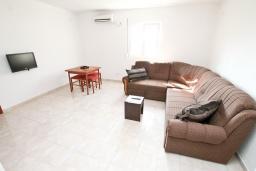 Гостиная. Черногория, Дженовичи : Апартамент с отдельной спальней, с балконом, 100 метров до пляжа