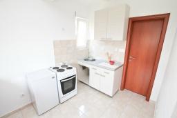 Кухня. Черногория, Дженовичи : Апартамент с отдельной спальней, с балконом, 100 метров до пляжа