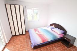 Спальня. Черногория, Дженовичи : Апартамент с отдельной спальней, с балконом, 100 метров до пляжа