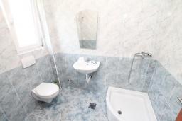 Ванная комната. Черногория, Дженовичи : Апартамент с отдельной спальней, с балконом, 100 метров до пляжа