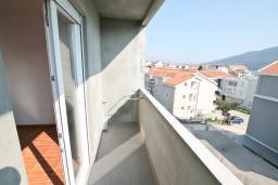 Балкон. Черногория, Дженовичи : Апартамент с отдельной спальней, с балконом, 100 метров до пляжа