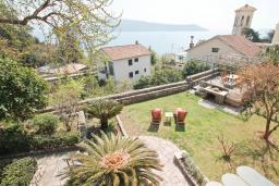 Вид на море. Черногория, Герцег-Нови : Каменный 2-х этажный дом для 6-8 человек, с большой конобой на первом этаже, с 3 отдельными спальнями, с большим садом, с террасой с видом на море, с местом для барбекю, 100 метров до пляжа, Wi-Fi