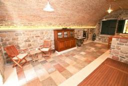 Гостиная. Черногория, Герцег-Нови : Каменный 2-х этажный дом для 6-8 человек, с большой конобой на первом этаже, с 3 отдельными спальнями, с большим садом, с террасой с видом на море, с местом для барбекю, 100 метров до пляжа, Wi-Fi