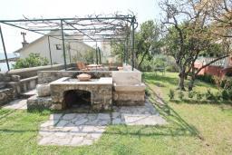Территория. Черногория, Герцег-Нови : Каменный 2-х этажный дом для 6-8 человек, с большой конобой на первом этаже, с 3 отдельными спальнями, с большим садом, с террасой с видом на море, с местом для барбекю, 100 метров до пляжа, Wi-Fi