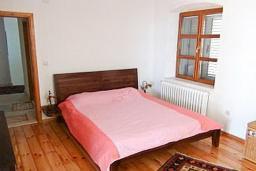 Спальня. Черногория, Риека Режевичи : 3-х этажный дом с 4 отдельными спальнями, бассейном, большим садом, террасой с видом на море, местом для барбекю, Wi-Fi