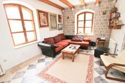 Гостиная. Черногория, Риека Режевичи : 3-х этажный дом с 4 отдельными спальнями, бассейном, большим садом, террасой с видом на море, местом для барбекю, Wi-Fi
