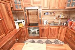 Кухня. Черногория, Риека Режевичи : 3-х этажный дом с 4 отдельными спальнями, бассейном, большим садом, террасой с видом на море, местом для барбекю, Wi-Fi