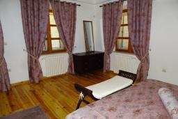 Спальня 3. Черногория, Риека Режевичи : 3-х этажный дом с 4 отдельными спальнями, бассейном, большим садом, террасой с видом на море, местом для барбекю, Wi-Fi