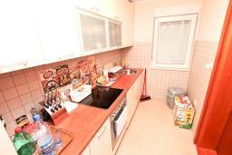 Кухня. Черногория, Дженовичи : Современный апартамент с большой гостиной, с 3 отдельными спальнями, с 2 ванными комнатами, с тренажерной комнатой, с 2 балконами с видом на море, 70 метров до пляжа