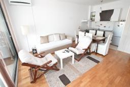 Гостиная. Черногория, Будва : Современный апартамент с отдельной спальней, с балконом с видом на море