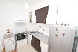 Кухня. Черногория, Будва : Современный апартамент с отдельной спальней, с балконом с видом на море